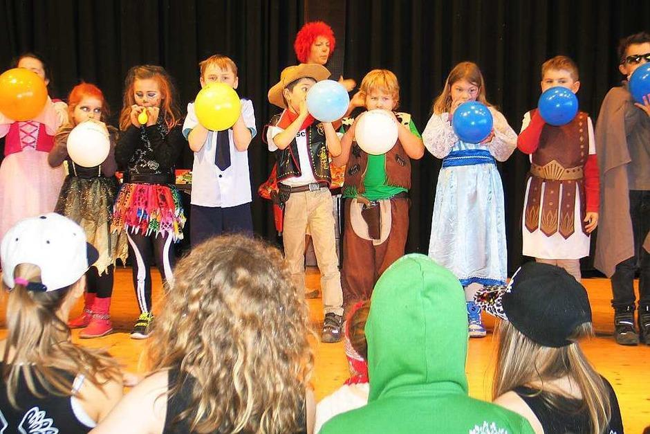 Kinderfasnet in Riegel: Luftballons aufblasen um die Wette (Foto: Helmut Hassler)