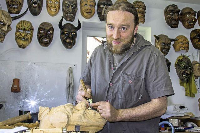 Holzbildhauer Simon Stiegeler zeigt Fasnet-Holzmasken in Grafenhausen