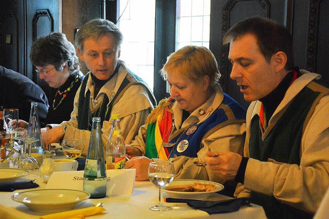 Die Mehlsuppe mundet: (von links) Bürg...otektorin Monica Rexrodt, OB Jörg Lutz  | Foto: Barbara Ruda