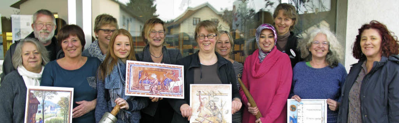 Das Museumsschaufenster in der Pfalz-A...rechts Maren Siegmann und Helga Meier.  | Foto: Jutta Schütz
