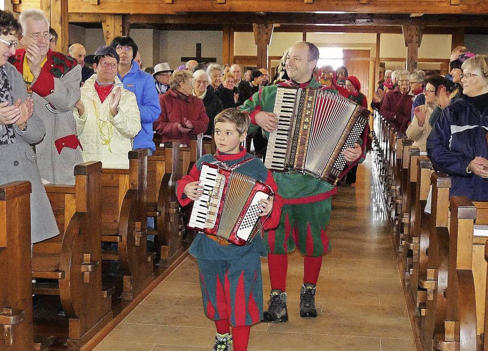 Mit Häs, Gschell und Musik zogen die M...oll besetzte Christkönigskirche ein.      Foto: m.  Hofmeier