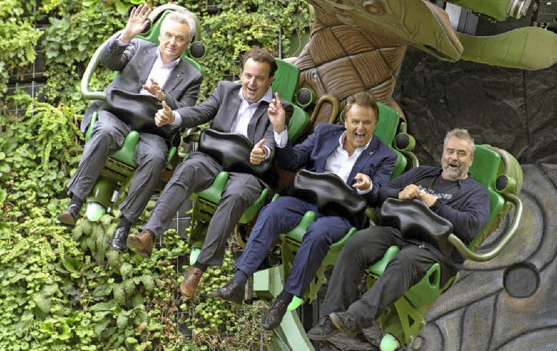 "Mit Jürgen, Michael und Roland Mack te...links) die Bahn ""Arthur"".   | Foto: Patrick Seeger (dpa)"