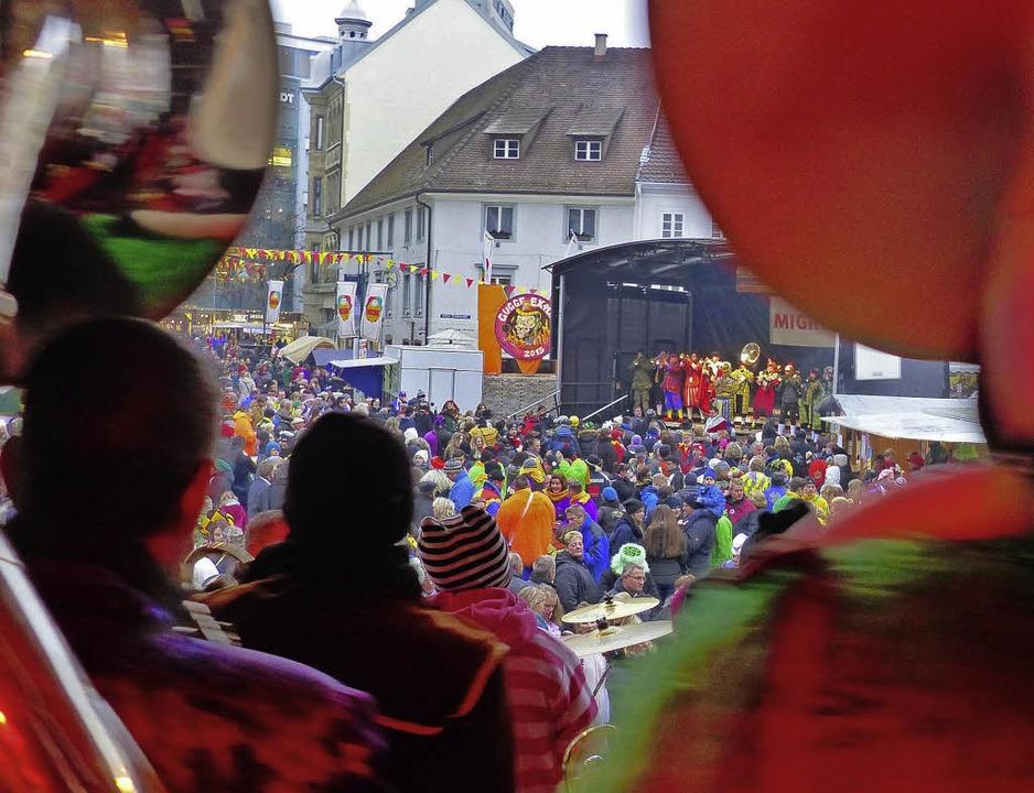 Zum Finale der Fasnacht traten 16 Guggemusiken auf dem Alten Marktplatz auf.     Foto: Barbara Ruda