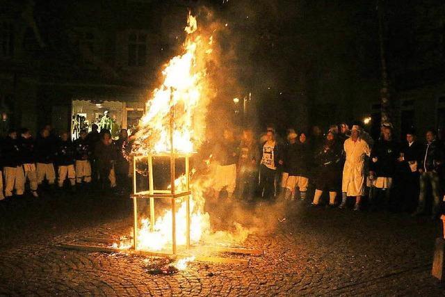 Unter Wehklagen die Fasnacht verbrannt