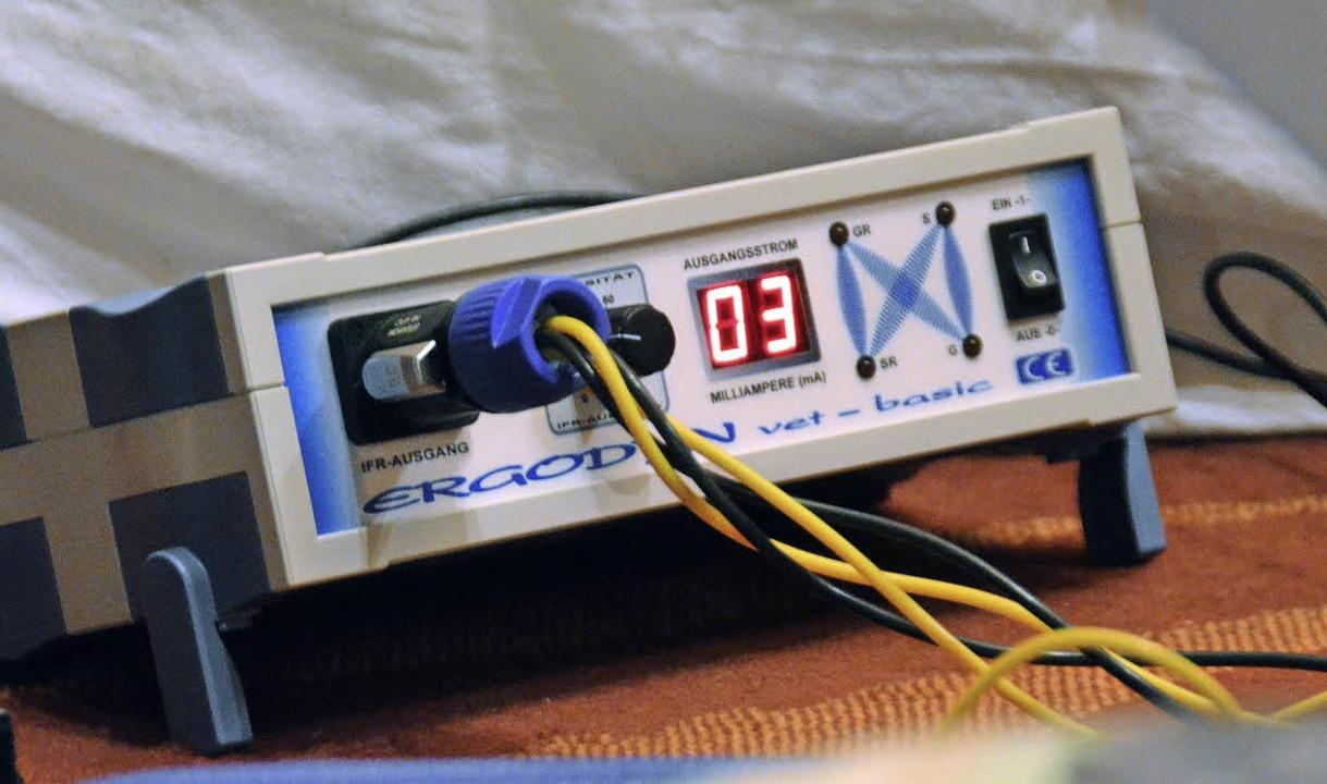 Das Interferenzstromgerät für die Elektrotherapie liefert den Strom ...  | Foto: Nikola Vogt