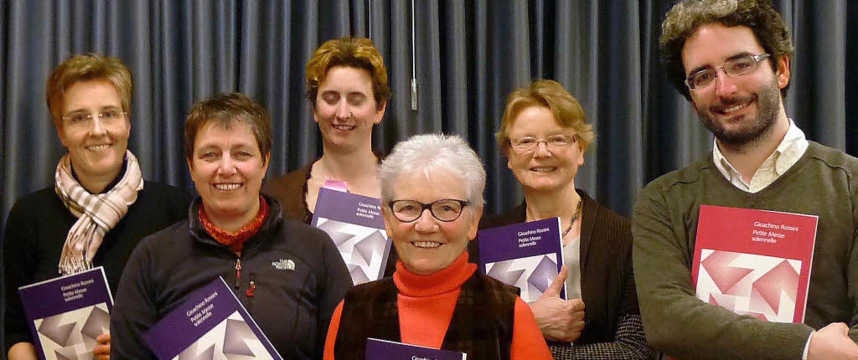 Der Cantemus-Vorstand –   Anja S...211; mit Chorleiter Bernhard Schmidt.   | Foto: Annette Preuss
