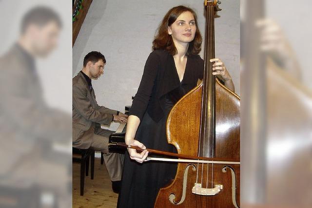 Ein tänzerisch bewegter Kontrabass mit Klavier