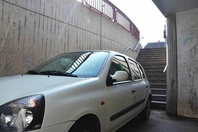 Frau fährt mit Auto in Fußgänger-Unterführung – Kran muss anrücken