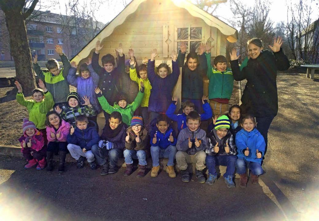 Die Kinder der Goetheschule freuen  si...a Umicore  über ein  neues Spielhaus.   | Foto: ZVG