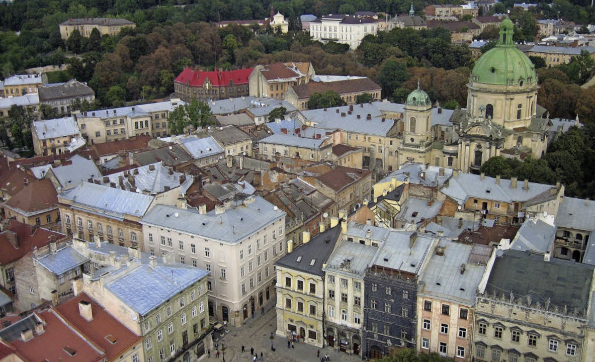 Blick vom Rathausturm auf die Altstadt... eine Station auf Joseph Roths Reisen.  | Foto: DPA
