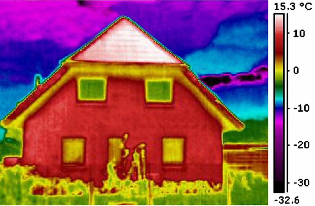 Die Farben geben bei thermographischen...ie viel Wärme aus dem Haus entweicht.     Foto: Roger Hensel/dpa