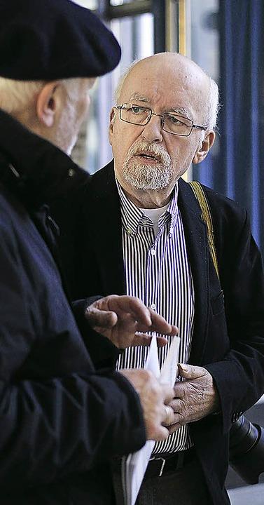 Fotograf Manfred Richter im Gespräch mit einem Ausstellungsbesucher  | Foto: Patrik Müller