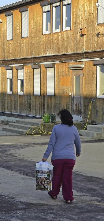 Um acht Uhr öffnet  der Waschraum und ...mit ihrer Wäsche dorthin auf den Weg.   | Foto: langelott