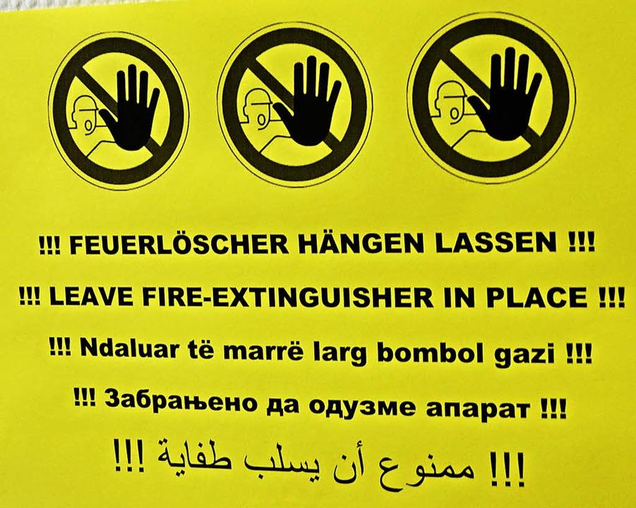 Hinweise sind stets in Deutsch, Englis...Serbokroatisch und Arabisch abgefasst.  | Foto: Victoria Langelott