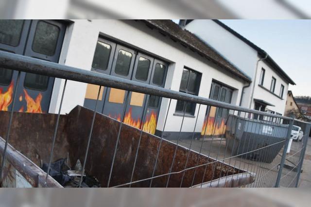 Abbruch des brandgeschädigten Feuerwehrhauses ist mit hohem Aufwand verbunden