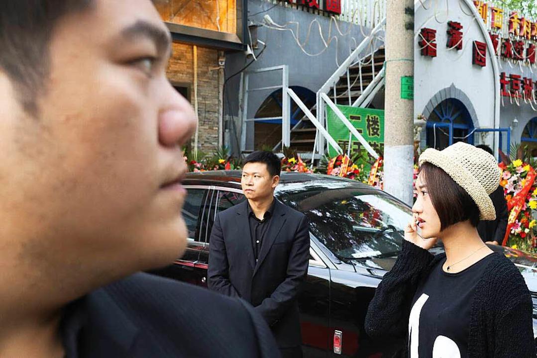 Alles unter Kontrolle? Reiche Chinesin mit Bodyguards.   | Foto: Sascha Montag (Zeitenspiegel)