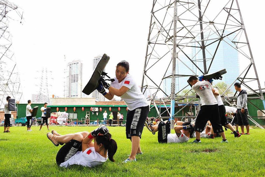 Frau gegen Frau: junge Chinesinnen beim Training  | Foto: Sascha Montag (Zeitenspiegel)