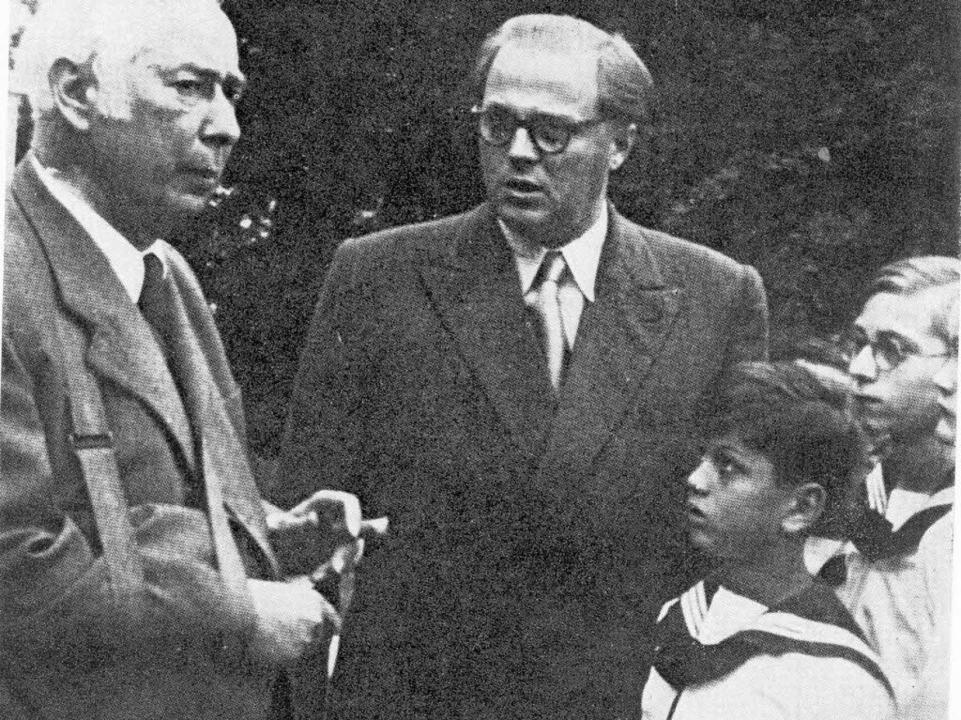 Ernst Landgraf (Mitte) mit Bundespräsi...Theodor Heuss und Wiener Sängerknaben.    Foto: Privat