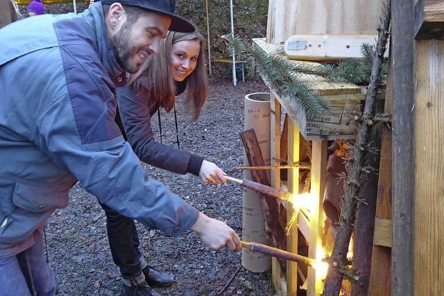 Ein Paar sorgt fürs Feuer