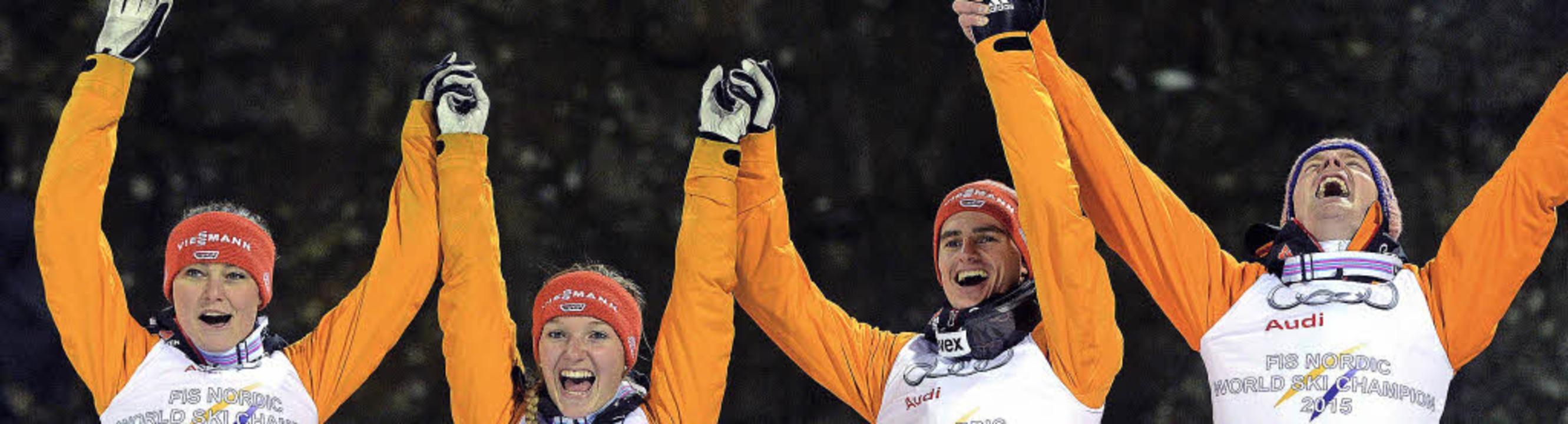 Goldig: das deutsche Mixed-Team mit (v...s, Richard Freitag und Severin Freund     Foto: dpa