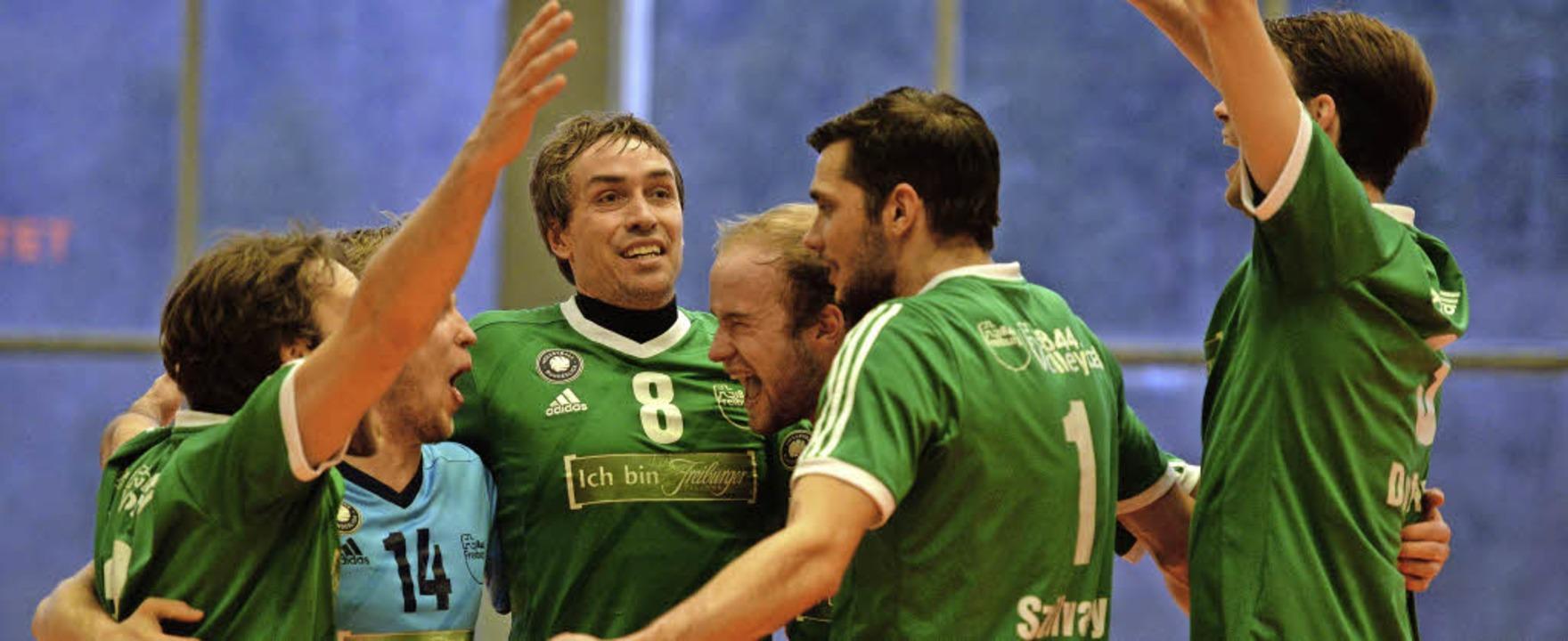 Freiburger Jubel  mit Spielertrainer W...mer 8) beim 3:0-Sieg über Waldgirmes.   | Foto: Seeger
