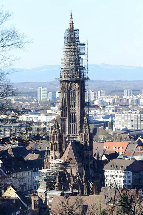 Der Münsterturm,   verhüllt von einem Gerüst.  | Foto: Ingo Schneider