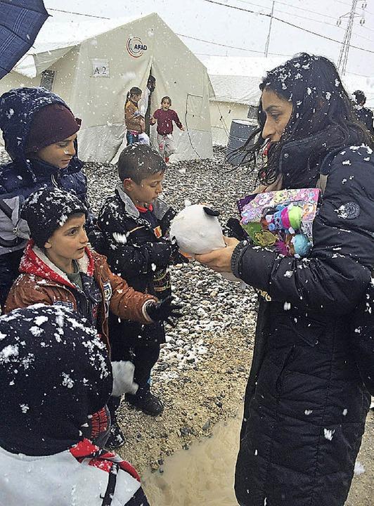 Initiatorin Zeynep Akay aus Freiburg überreicht die gesammelten Spenden.   | Foto: Privat