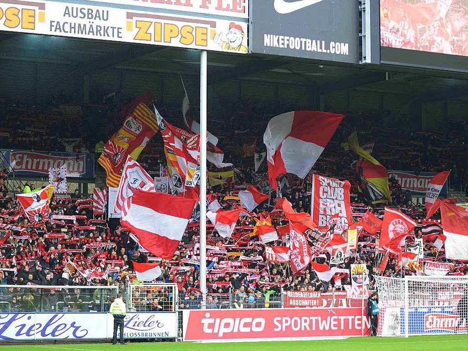 Einzelne Fans auf der Nordtribüne habe... nicht von ihrer besten Seite gezeigt.  | Foto: Meinrad Schön