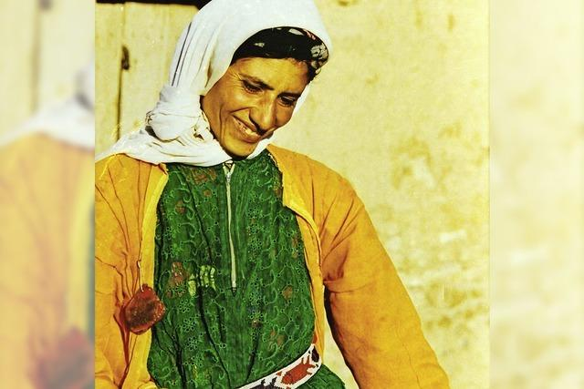 Ahmet Arpad zeigt Fotos