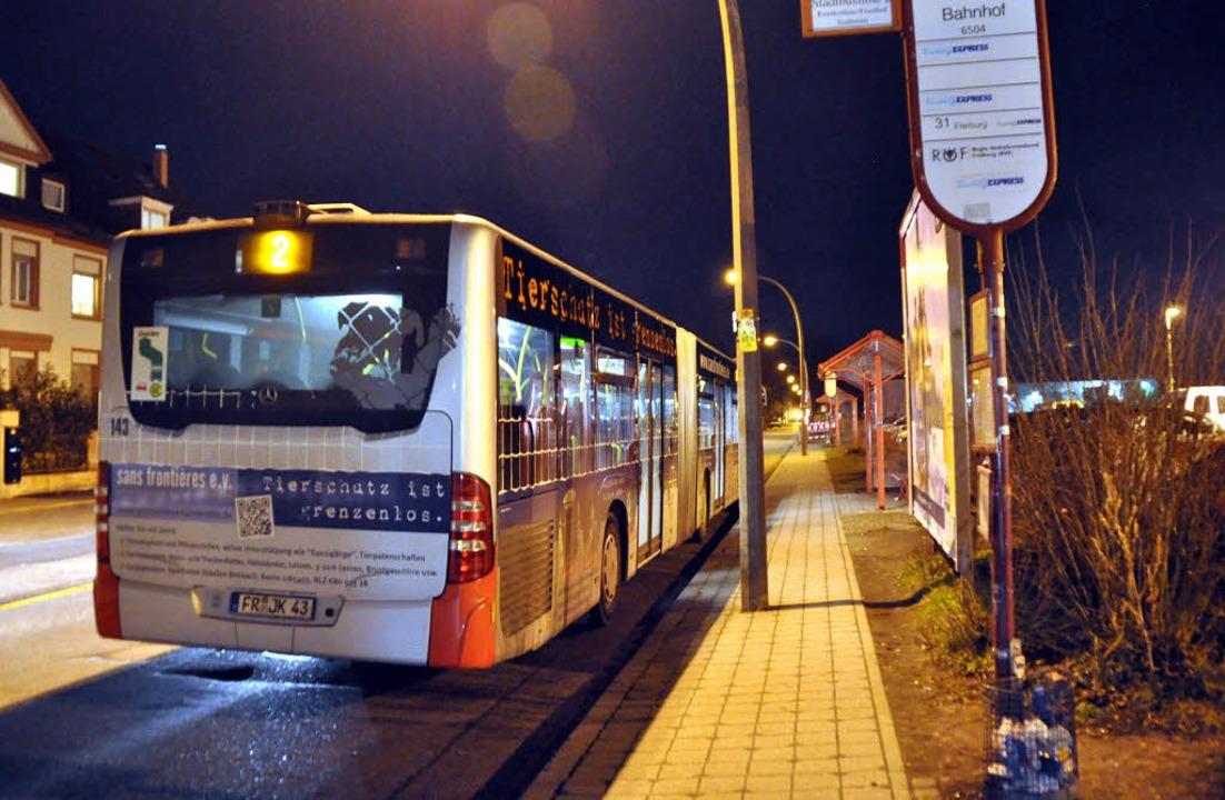 Nachts mit dem Bus unterwegs –  das kostet je nach Reiseziel viel Zeit.   | Foto: julius steckmeister