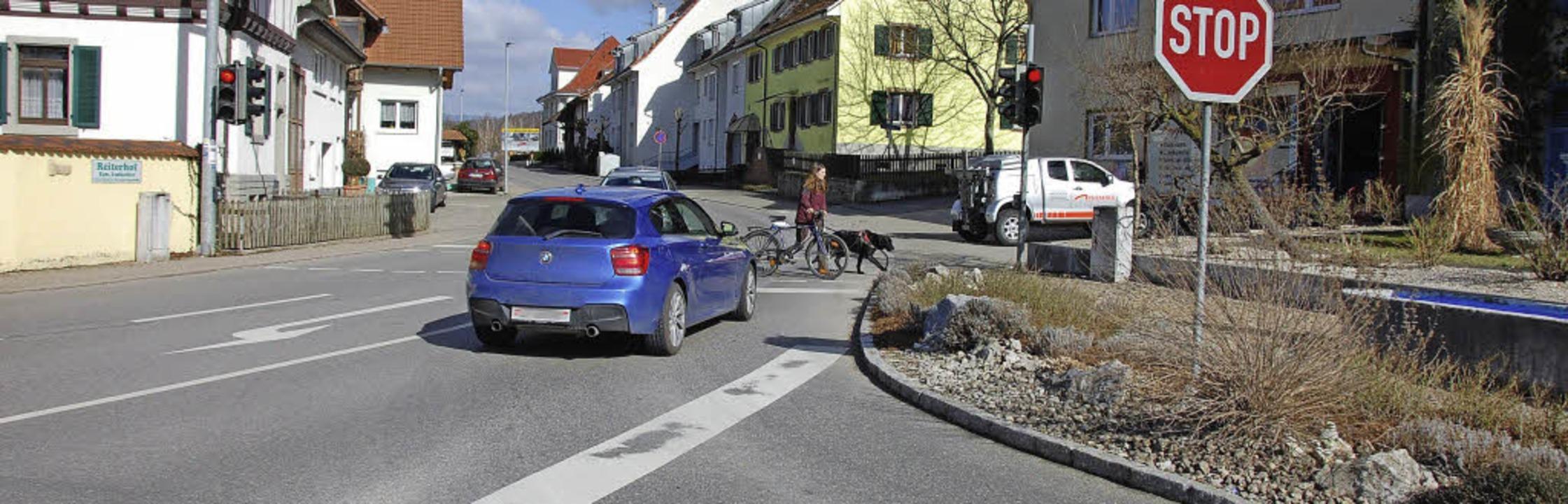 Beim Rechtsabbiegen von der Lörracher ...Zusatzlicht soll dies nun verhindern.   | Foto: Frey