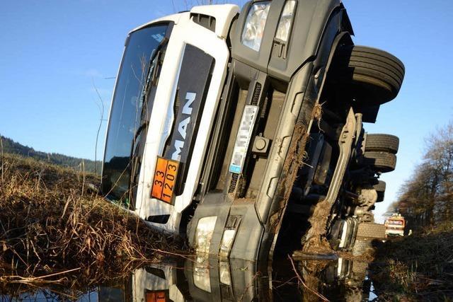 Tanklaster mit 18.000 Litern Benzin kippt um
