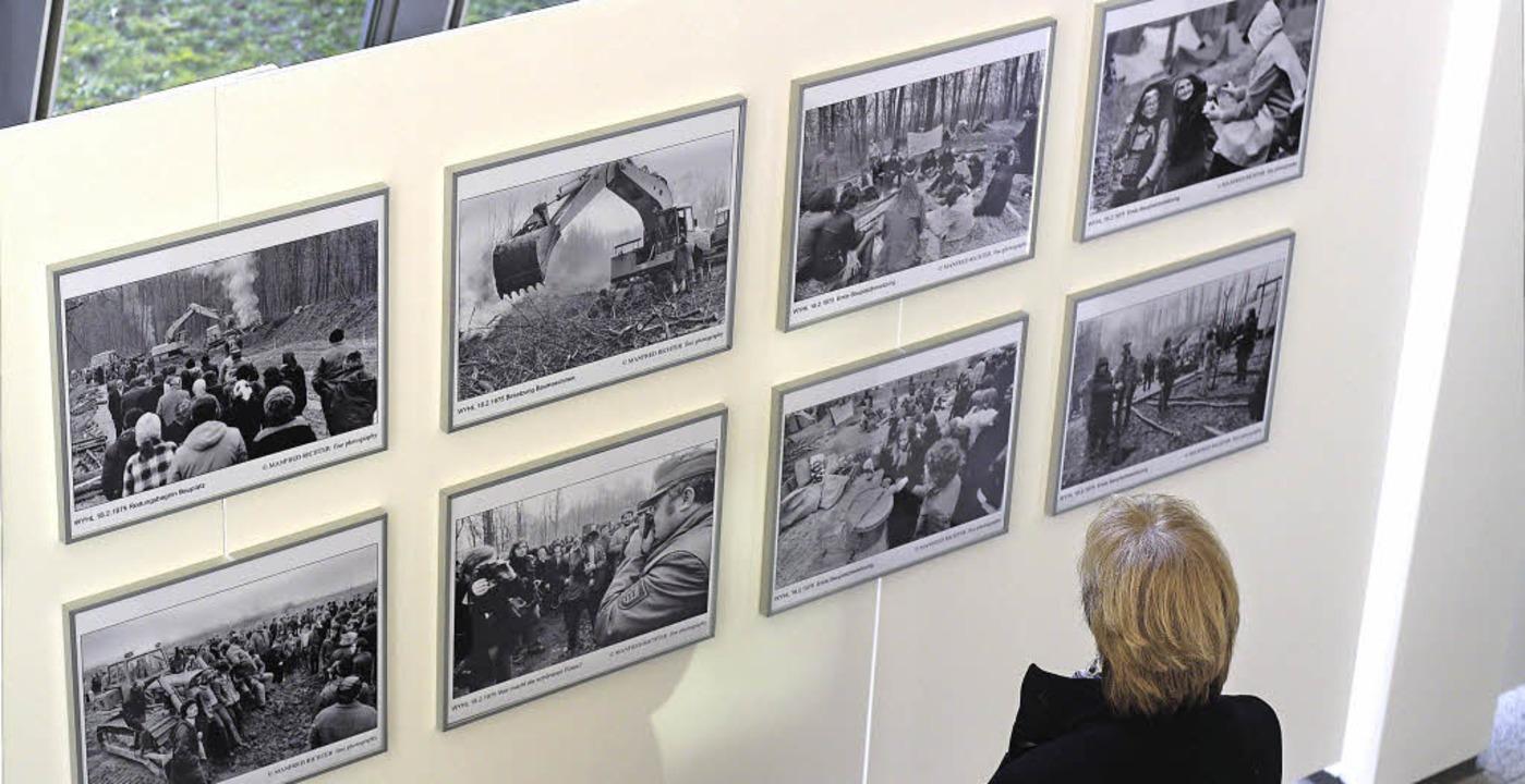 Ausstellungsbesucher im Foyer des Emmendinger Rathauses  | Foto: Patrik Müller