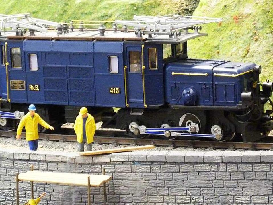 Handarbeit aus 10000 Einzelteilen: das...che blaue Krokodil der Rhätischen Bahn  | Foto: Rolf Müller