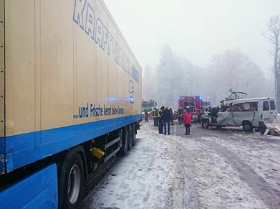 Die Rettungsarbeiten an der Unfallstelle  | Foto: kamera24.tv