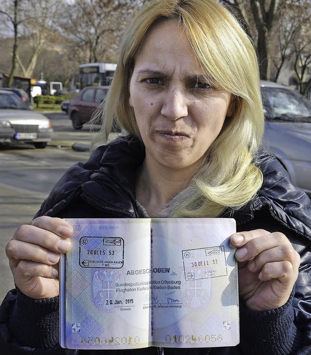 Sadbera Ametovic mit ihrem Reisepass  | Foto: adrian hoffmann