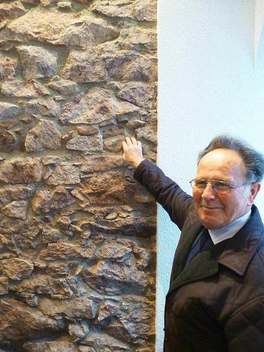 Nicht nur diesem Besucher  gefiel es, ...te Bruchsteinmauer teils sichtbar ist.    Foto: Peter Stellmach