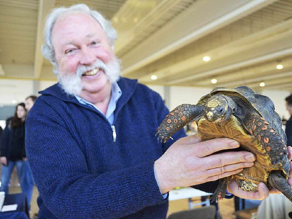 Züchter Udo Neumann mit einer seiner Schildkröten     Foto: trauden