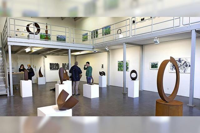 Die Skulpturen besetzen den Raum mit Macht