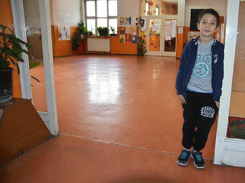 Dejan an seiner neuen alten Schule in Niš.   | Foto: Adrian Hoffmann