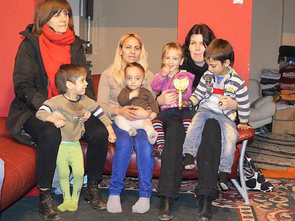 Die Familie Ametovic mit Helferinnen aus Freiburg  | Foto: adrian hoffmann