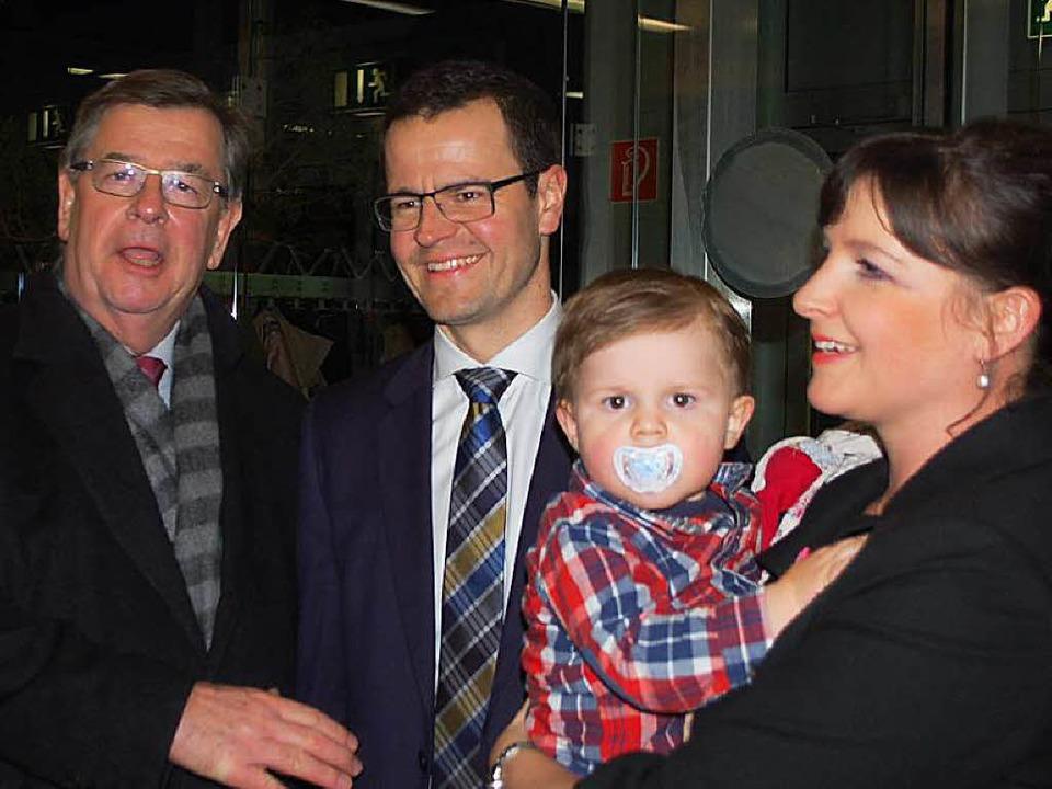 Marco Steffens (Mitte) mit Ehefrau Ann...n der Hanauerlandhalle am Sonntagabend    Foto: hrö