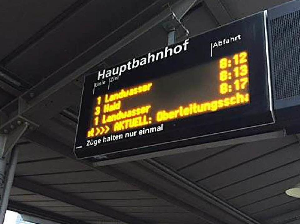 Anzeigetafeln informieren über die Situation.  | Foto: Adrian Hoffmann