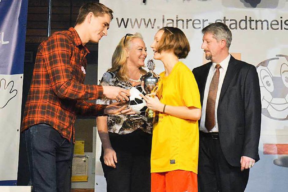 Nils Petersen beim Preise verteilen mit erstem Bürgermeister Guido Schöneboom und der McDonalds-Chefin (Foto: Sebastian Köhli)