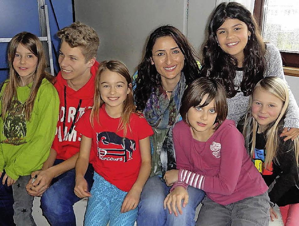 Zeynep Akay mit Schülern der Freien Schule Dreisamtal   | Foto: Privat