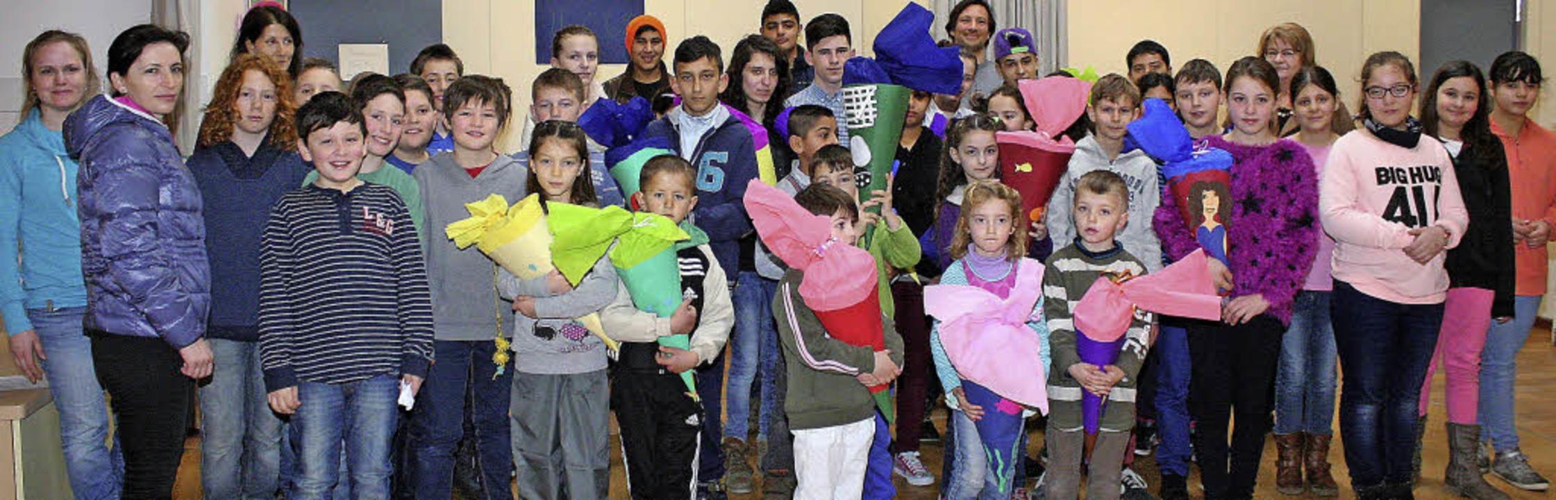 Stolz präsentieren die Flüchtlingskind...und den  Lehrkräften ihre Schultüten.   | Foto: Cremer