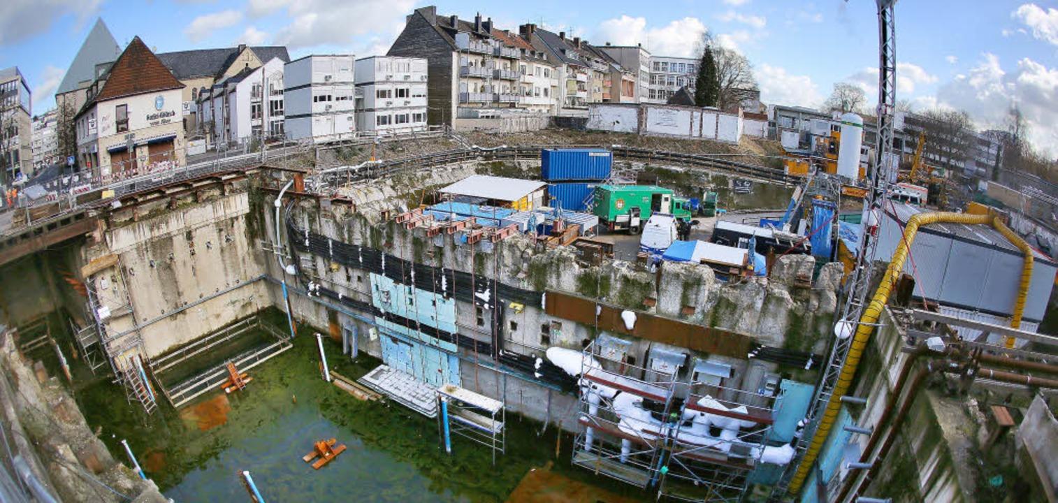 Gesicherte Baustellen mitten in der Stadt: das ehemalige Kölner Stadtarchiv   | Foto: dpa