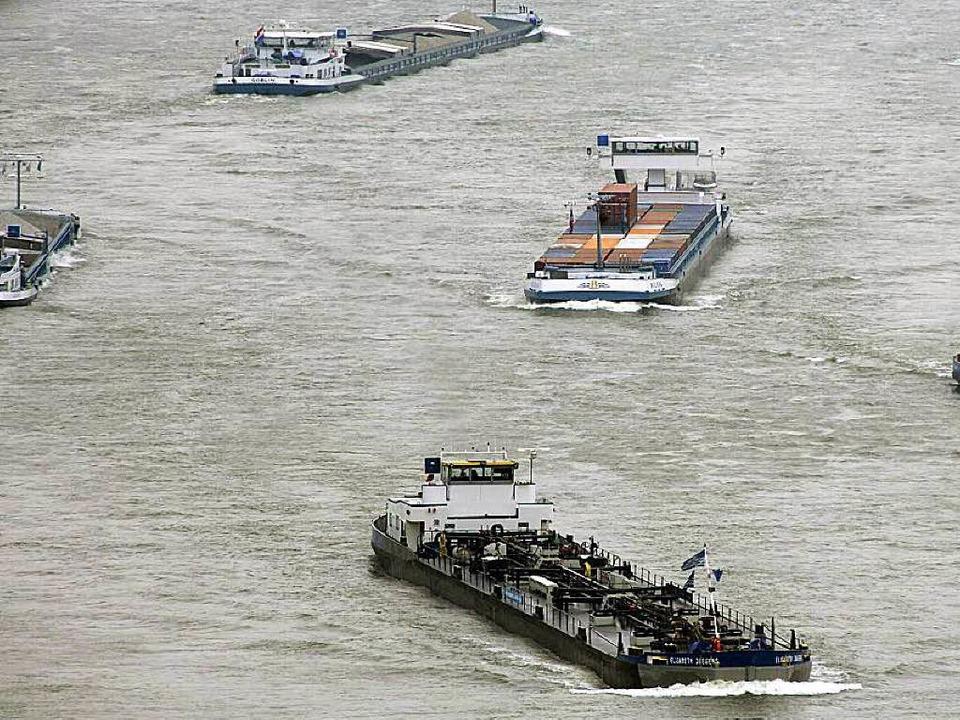 Schifffahrt auf dem Rhein: Bei Breisach ist ein Arbeitsschiff gesunken.  | Foto: dpa