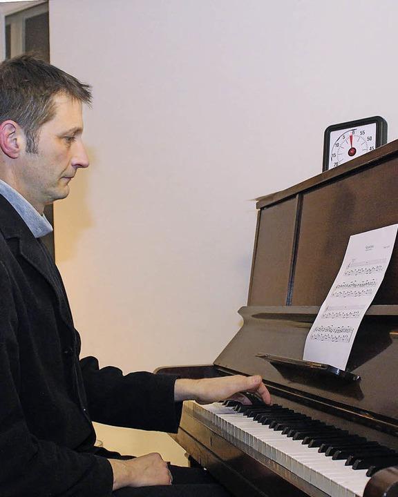 Magnus Cordes Schmid spielt Satie.  | Foto: Gert Brichta