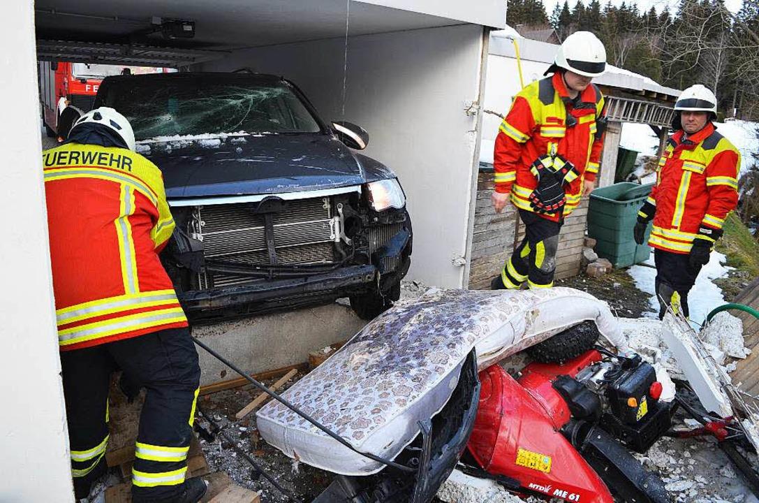 Mit seinem SUV hat ein 71-Jähriger die eigene Garagenwand durchbrochen.  | Foto: Martin Kamera24tv
